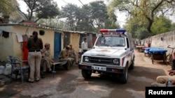 Hindistanyň polisiýasy dekabr aýynda student gyzyň zorlanmagynda aýyplanýanlardan biriniň maşgalasyna sapar edýär. Nýu-Deli, 11-nji mart, 2013.
