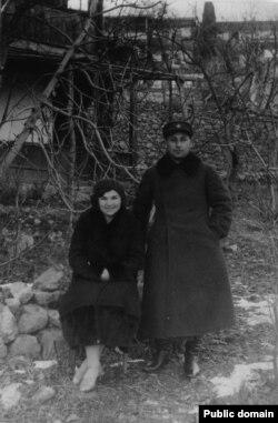 Диляра и Мустафа Арифовы, родители Айше, у дома бабушки Хатидже. Мисхор, довоенное фото