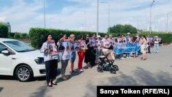 Участники акции рядом со зданием, в котором расположены представительства Европейского союза, требуют освободить граждан, осуждённых или находящихся под следствием по политическим мотивам. Нур-Султан, 12 августа 2019 года.