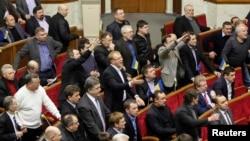 Ukrainada oppozisiýa wekilleri hökümetiň teklip eden kanunyny ret edýärler. 29-njy ýanwar, 2014 ý.