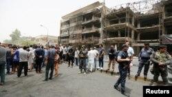 Pjesëtarë të forcave të sigurisë së Irakut në vendin e sulmit masiv vetëvrasës në Bagdad