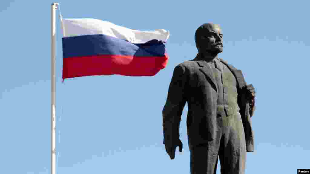 Бахчисарайский Ленин и российский триколор – символ России и Белого движения. В Крыму под властью современной путинской России сочетается несочетаемое.