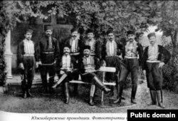 Южнобережные крымские татары-проводники. Фотооткрытка начала ХХ века