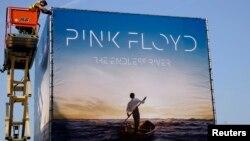 Միացյալ Թագավորություն - Լոնդոնում տեղադրվում է Pink Floyd-ի թողարկելիք ձայնասկավառակի գովազդային վահանակը, 22-ը սեպտեմբերի, 2014թ․