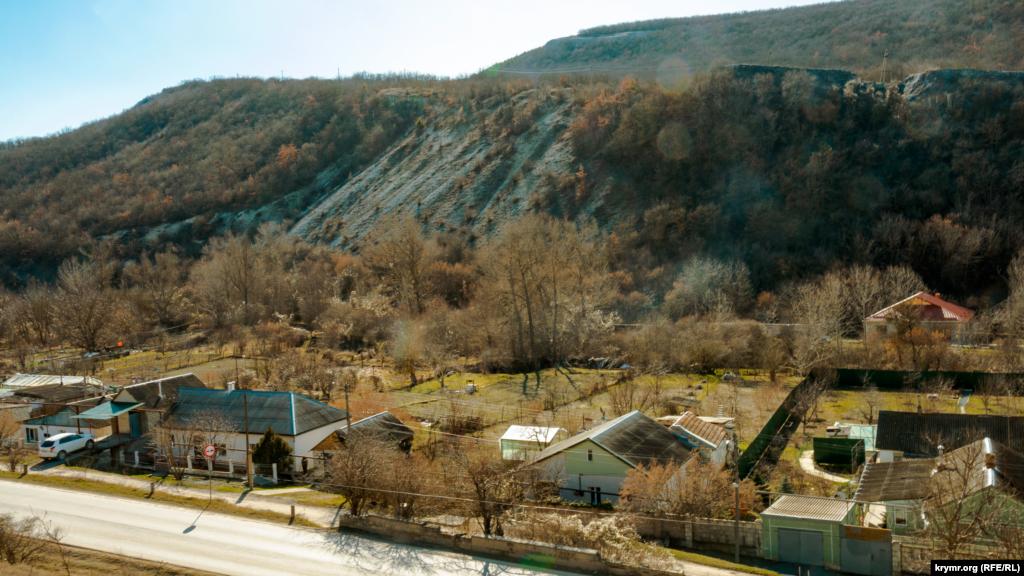 Село вытянулось вдоль берегов реки Бодрак. Огороды и сады некоторых сельчан (на снимке) примыкают к глинистому берегу справа