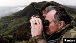 Ратко Младич ҳангоми мушоҳидаи ҷанг алайҳи мусулмонон. Апрели соли 1994
