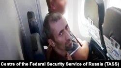 Аслан Яндиев во время экстрадиции в самолете