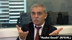 Каромат Шарифов возглавлял объединение таджикских трудовых мигрантов в России. Его депортировали в Таджикистан в 2017 году. В 2020-м он умер там при невыясненных обстоятельствах.