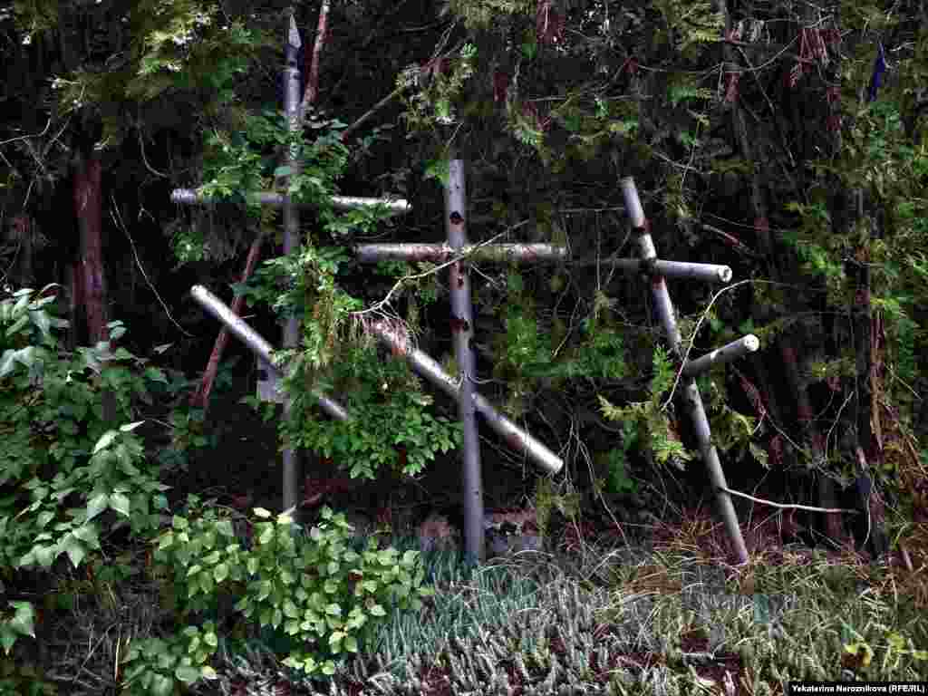 Orthodox crosses overtaken by shrubbery. Before the Chechen wars, around 250,000 ethnic Russians lived in the mountainous republic.