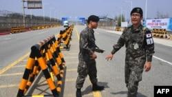 Панмунджом елді мекеніне жақын Солтүстік Кореямен шекарада тұрған оңтүстік кореялық әскерилер (Көрнекі сурет).