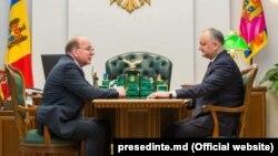 Președintele Igor Dodon (dreapta) şi ambasadorul rus în R. Moldova Oleg Vasneţov. 26 februarie 2019