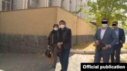 Салмоорбек Джумабеков был запечатлен на кадрах ГКНБ (третий слева) во время первого задержания экс-замглавы ГТС Райымбека Матраимова. 20 октября 2020 года.