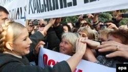 Юлія Тимошенко під час протестів під Верховною Радою, 16 листопада 2010 року