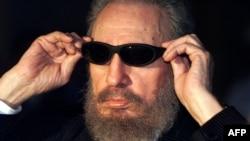 Күн өткізбейтін көзілдірігін түзеп тұрған Фидель Кастро. Гавана, 16 қараша 1999 жыл. (Көрнекі сурет)