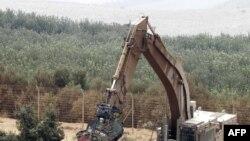ارتش اسرائیل در حال قطع یک درخت در مرز اسرائیل و لبنان