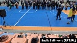 Фотографија од одбележувањето на 28-годишнината од гранатирањето на училишното игралиште во Сребреница на 12 април 1993 година