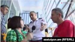 «Ազատության» նկարահանող խմբին դուրս են հանում ոստիկանության բաժնից, 23-ը հունիսի, 2015թ