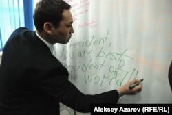 Начальник управления по вопросам молодежной политики городского акимата Санжар Бокаев пишет поздравление президенту Назарбаеву на английском языке. Алматы, 29 ноября 2012 года.