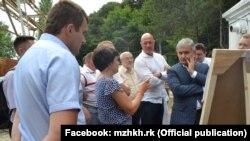 Заступник міністра економічного розвитку Росії Сергій Назаров (праворуч) у Ялті інспектує перебіг реалізації проєкту реконструкції тунельного водоглну