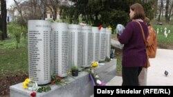 Қала тұрғындары 44 ай қоршау кезінде қаза тапқан 643 баланың аты-жөні жазылған тақтаның алдында тұр. Сараево, 6 сәуір 2012 жыл.