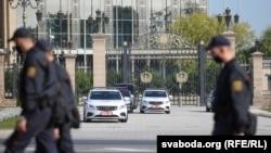 Картэж Лукашэнкі каля Палацу Незалежнасьці