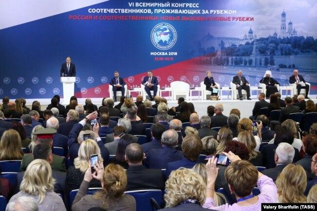 Министр иностранных дел РФ Сергей Лавров (слева на дальнем плане) выступает на VI Всемирном конгрессе российских соотечественников, проживающих за рубежом
