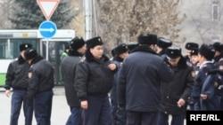 Күләш Байсейітова көшесі мен Абай даңылығының бұрышында тұрған полицейлер. Алматы, 16 желтоқсан 2009 жыл.