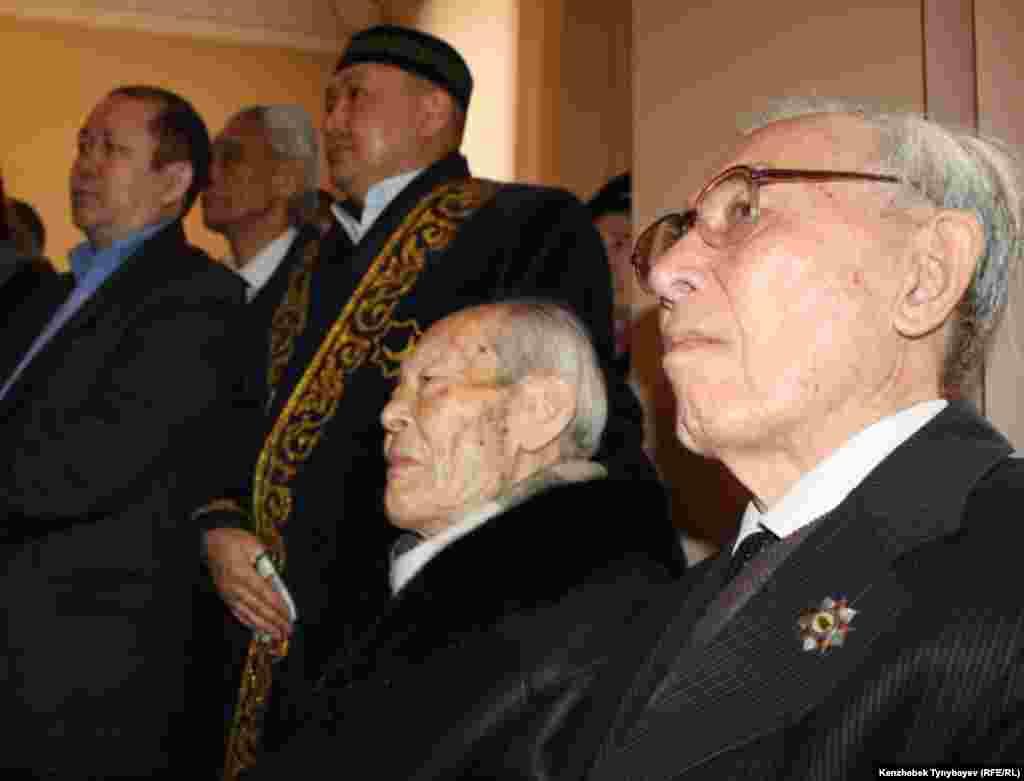 Гүлнар Дулатовамен қоштасу рәсіміне келген жұрт. Алматы, 20 ақпан 2013 жыл.