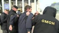 У Мінську затримали людей, які вийшли на пікет солідарності із затриманими під час Дня Волі (відео)