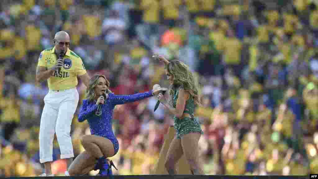 Америкалық рэпер Pitbull, бразилиялық әнші Клаудия Лейтте мен АҚШ әншісі Дженнифер Лопес.