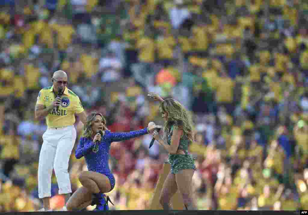 Американские исполнители рэппер Pitbull и певица Дженифер Лопес, а также бразильская поп-звезда Клайудия Лейтте во время выступления на открытии чемпионата мира по футболу