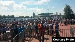 Зрители в ожидании турнира по борьбе «Казахстан барысы». Астана, 29 июня 2014 года.