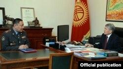 Президент Алмазбек Атамбаев и министр внутренних дел Улан Исраилов.