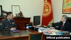 Президент Алмазбек Атамбаев жана ички иштер министри Улан Исраилов.