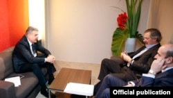 Switzerland/Armenia - Armenia's Prime Minister Karen Karapetian meets with managers of Spanish ACCIONA Group company, Davos,24Jan,2018