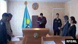 Қарағанды аймақтық әскери сотының төрағасы Айдар Исабеков сот үкімін оқып тұр. желтоқсан, 2008 жыл