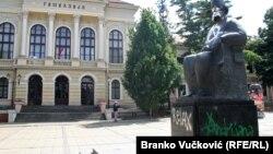 Uništeni spomenik Vuku Karadžiću