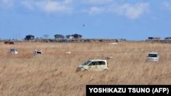 Uništeni automobili ostali su u polju nakon cunamija prije dvije godine