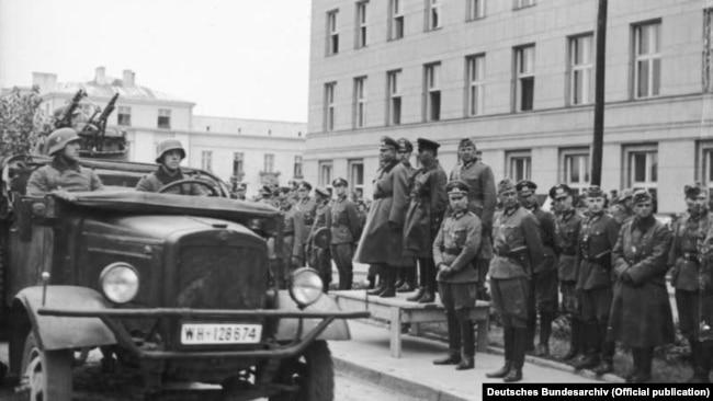 Спільний парад Вермахту і Червоної армії у Бресті 22 вересня 1939 року після вторгнення на територію Польщі військ Німеччини та СРСР. На трибуні (зліва направо): генерал-лейтенант Моріц фон Вікторин, генерал танкових військ Гейнц Гудеріан і комбриг Семен Кривошеїн