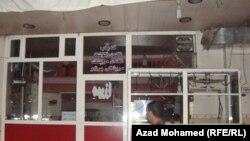 مواطن أمام مطعم مغلق في السليمانية