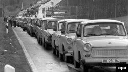 Coada de mașini care s-a format la cinci zile înainte de căderea Zidului Berlinului în 1989.