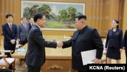 Lideri verikorean, Kim Jong Un takohet me Chung Eui-yong, këshilltar për siguri kombëtare i presidentit jugkorean. 6 mars, 2018