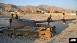 Афганскія дзеці гуляюць на парэштках савецкага танка