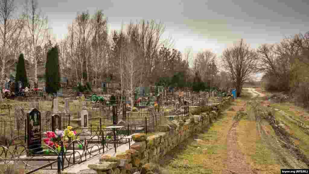 Сільський цвинтар. На могильних пам'ятниках чимало польських імен