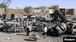 Йеменнің Саада провинциясындағы соғыстан қираған ғимараттар мен өртенген көліктер.