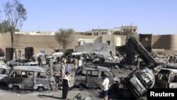 خودروهای سوخته شده در اثر حمله هوایی عربستان به یک پمپ بنزین در شهر صعده