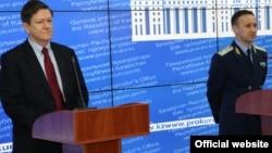 Брифинг в генеральной прокуратуре с участием заместителя генерального прокурора Андрея Кравченко (справа) и временного в делах США в Казахстане Джона Ордвея, где было объявлена информация о причастности Рахата Алиева к убийству Алтынбека Сарсенбаева. Астана, 20 декабря 2013 года.