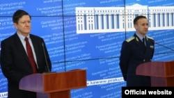 Қазақстан бас прокурорының орынбасары Андрей Кравченко (оң жақта) мен АҚШ-тың Қазақстандағы сенімді өкілі Джон Ордвей (сол жақта) брифингте тұр. Астана, 2013 жылдың желтоқсаны.