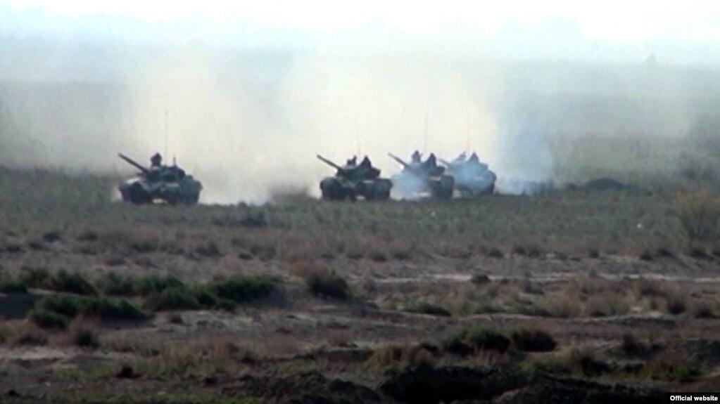 Азербайджан построит новые казармы границе с Арменией