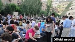 Հայաստան -- Գիրք կարդալու կայծամբոխ` flashmob, Երեւանում, արխիվ, 2010թ.